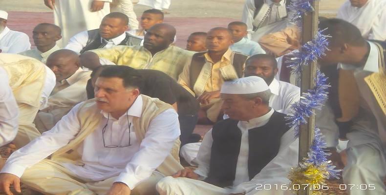 : السراج يصلي صلاة عيد الفطر مع نازحي تاورغاء بطرابلس
