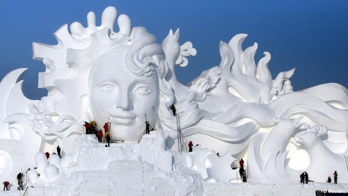 : في الصين... مدينة ملونة من جليد