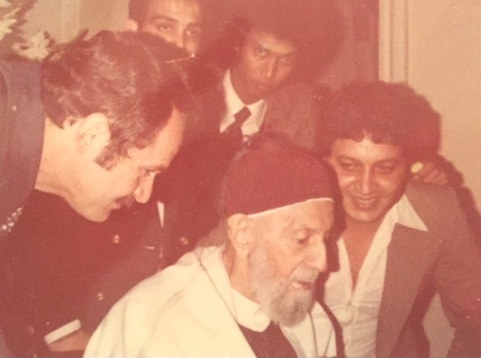 صورة للمَلِك إدْريْس السّنُوسي فِي القاهرة يوم 12 مارس/ آذار 1981م، ويظهر السّنُوسي كويدير بجانبه، وخلف السّنُوسي يظهر السّيٍّد فوزي كامل السّنُوسي، اما الشخص الاخر فهو فؤاد زهران (المكلف من الحكومة المصرية بتأمين حراسة الملك). الصُّوَرَة تُنشر لأوَّل مرَّة، وهي خاصّة بالمؤلف، وَمِن أرشيف الفقيد الخاصّ.